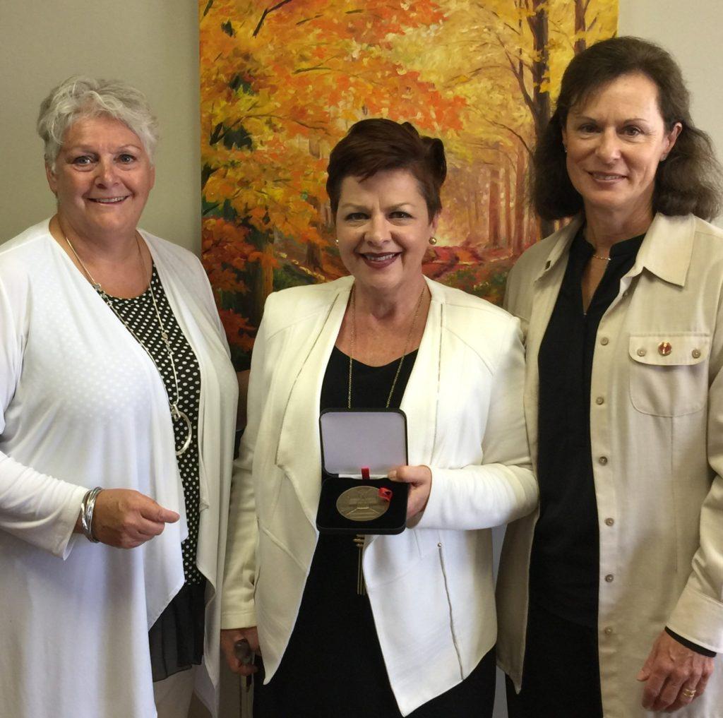 g. à d. : Judith Parisien, DG du Phénix, Natalie Béland, présidente et la Sénatrice canadienne, Lucie Moncion.